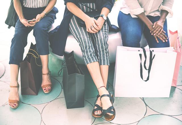 nohy žen u tašek.jpg