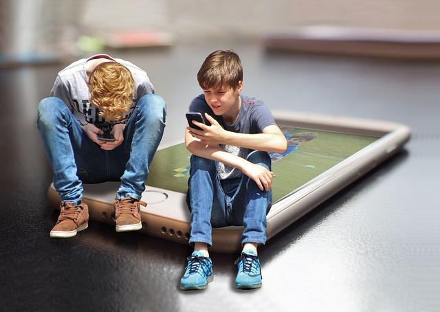 mobilní telefon pod chlapci