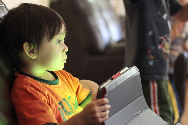 dítě s tabletem