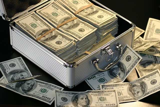 stříbrný kufr