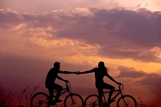 siluety cyklistů