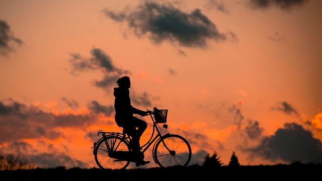 silueta dívky na kole