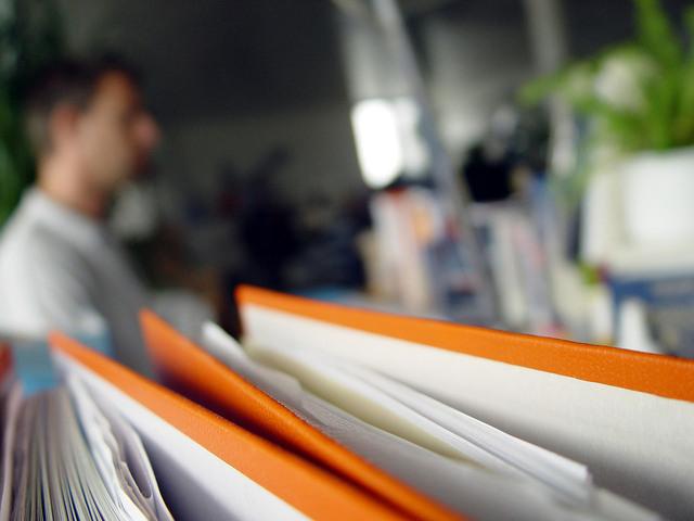 spousta dokumentů v kanceláři