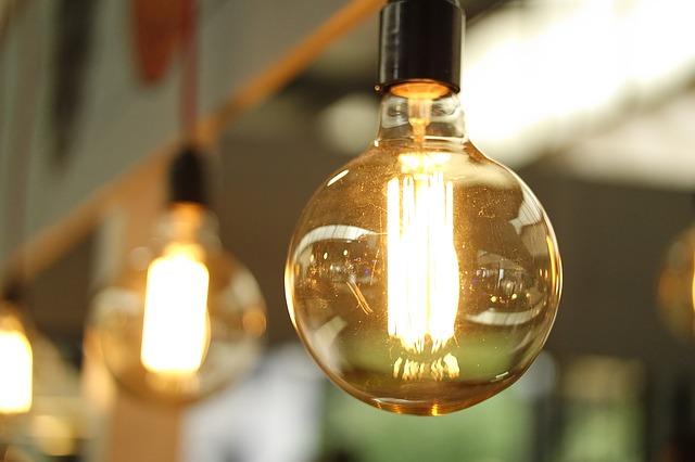 pohled zblízka na visící rozsvícenou žárovku